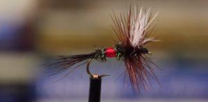 """Montaje; La Royal Wulff, la mosca que lleva """"faja"""""""